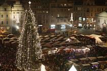 Plánované rozsvícení vánočního stromu na Plzeňském náměstí Republiky se zhruba o 45 minut opozdilo. Důvodem zpoždění byl výpadek elektrické sítě kvůli přetížení