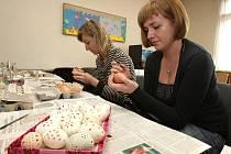 Učitelky ze škol a družin se učí  ve Středisku volného času v Pallově ulici malovat kraslice. Příští  týden se role obrátí a učitelky budou radit s touto činností dětským zájemcům