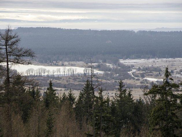 Zamlžená krása Brd. I při inverzi stojí výhled z vrchu Kočka na Dolní Padrťský rybník za to