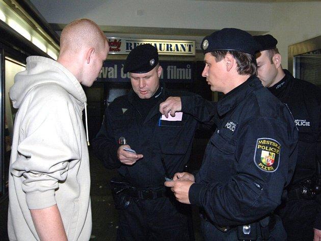 Strážníci si na mladé hosty posvítili také na diskotéce v Elektře na Americké třídě v Plzni