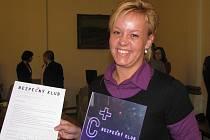 Mladistvým nenaléváme, říká barmanka z Žumberské stodoly ulici Zuzana Mašková a ukazuje příslušný certifikát