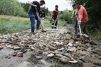Zleva Vojtěch, Christian, Ondřej, Vojta a Ota společně opravují rozbitou cestu u Rabštejna nad Střelou