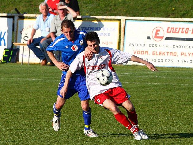 Fotbalisté Slavie Vejprnice (v modrém) nedokázali bodovat ani v dalším divizním utkání, tentokrát podlehli Voticím.