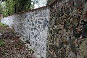 Postupně opravovaná kostelní zeď.