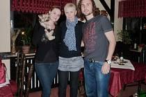 Německý jazyk pilovala plzeňská učitelka Jana Chvojková (uprostřed) se svými žáky, fotbalistou Wolfsburgu Petrem Jiráčkem a jeho přítelkyní Lindou, i v průběhu večeře v hotelové restauraci, kde mladý pár bydlel