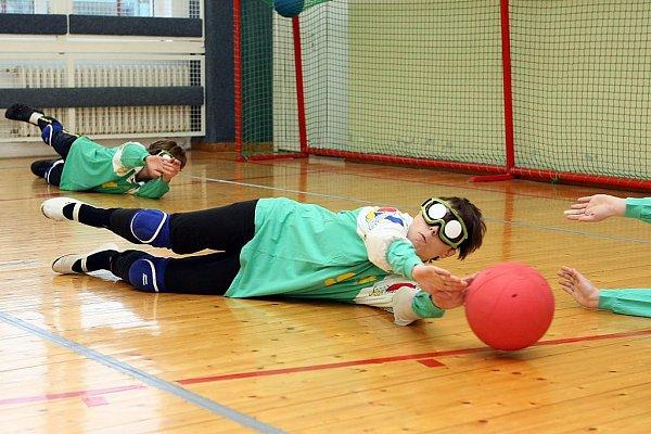 Goalball. Kolektivní míčový sport, jemuž se věnují převážně nevidomí nebo zrakově postižení, vznikl vroce 1946