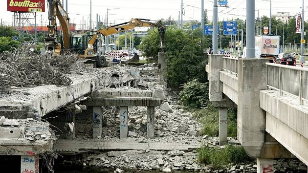 První most na Rokycanské třídě šel k zemi.