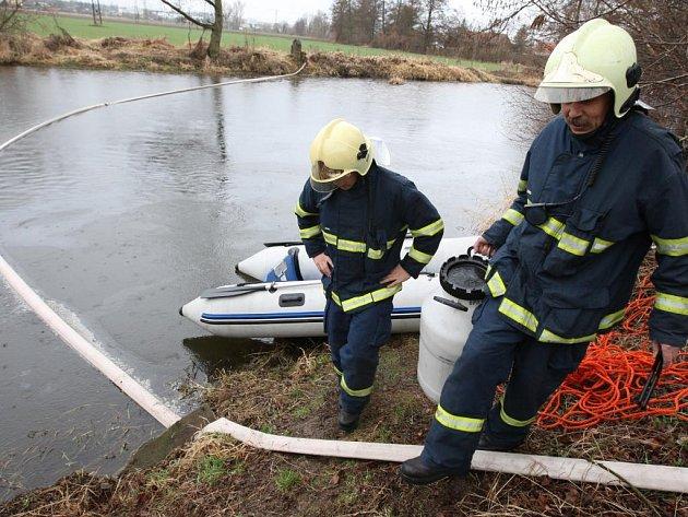 Zatím neznámá látka unikla v pondělí po půl osmé ráno do řeky Mže v Radčicích u Plzně. Hasiči ihned připravili nornou stěnu