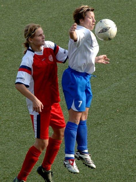 Kapitánka Viktorie Plzeň Michaela Marková (vpravo) se snaží ve vzduchu zpracovat míč před dotírající obránkyní soupeře v historicky prvním západočeském prvoligovém derby žen.
