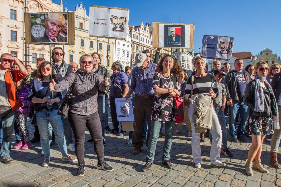 Proč? Proto! Demonstrace proti Miloši Zemanovi a Andreji Babišovi na náměstí Republiky v Plzni