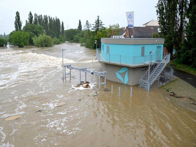 Povodeň v Plzni u Malostranského mostu v Doudlevcích.