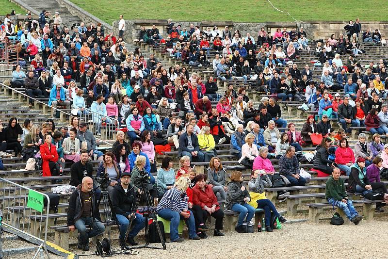 Přes tisíc diváků přišlo do lochotínského amfiteátru na předpremiéru filmového dokumentu Karel, který o Karlu Gottovi natočila Olga Malířová Špátová. Prvního veřejného uvedení filmu se zúčastnila i Ivana Gottová.