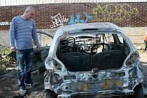 Petr Mothejzlík kontroluje škody vzniklé sobotním požárem