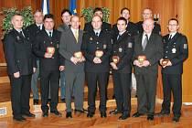 Vyhodnocené kolektivy převzaly od ředitele západočeské policejní správy Miloslava Maštery (zcela vlevo) písemné poděkování  a plaketu za příkladné pracovní úsilí, iniciativu a zásluhy při výkonu služby.