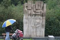 Lidská zeď čelící násilí. Takový byl záměr Slavoje Nejdla, který památník stojící na náměstí Míru v roce 1965 navrhl