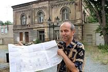 Antonín Švehla ukazuje zpracovaný projekt na opravu rabínského domu v Plzni