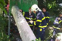 Dítě se zaseklo v trubce, osvobodit ho museli hasiči