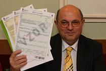 Místopředseda Českého statistického úřadu Stanislav Drápal ukazuje tiskopisy ke Sčítání lidu
