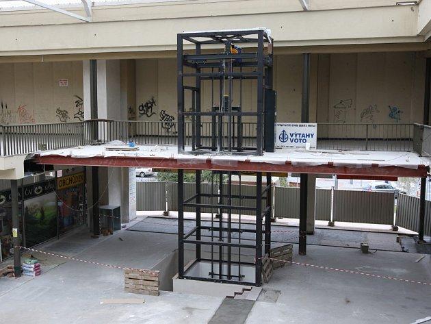 První etapa rekonstrukce obchodního domu Centrum na Doubravce zahrnuje také stavbu proskleného výtahu. Ten nyní vyrůstá na místě bývalého schodiště před prodejnou potravin