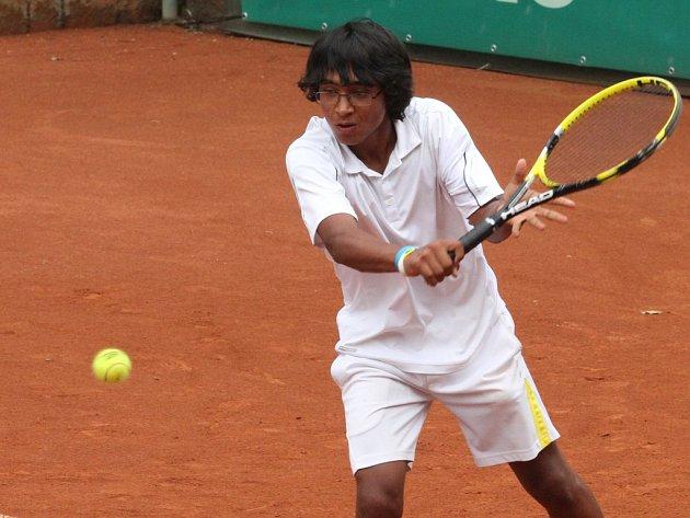 Z českých tenistů dokráčel v pavouku dvouhry na mistrovství Evropy jednotlivců do 14 let v Plzni nejdále Alessandro Ricci z I. ČLTK Praha (na snímku). Ten ve čtvrtfinále podlehl řeckému tenistovi Stefanosu Tsitsipasovi 4:6, 6:7 (3)