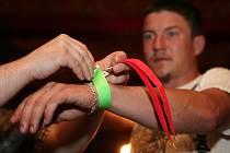 Ochranka klubu Star dává jednomu z hostů na ruku zelený pásek, který znamená, že jeho nositel je starší 18 let a barmani mu tedy mohou prodat alkoholický nápoj