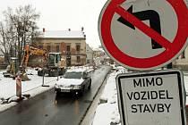 Řidiči projíždějící Božkovem nemohou odbočit do ulice K Hrádku. Uzavírka potrvá alespoň do 15. března, pak se ale motoristé nedostanou do Letkovské ulice (na snímku).