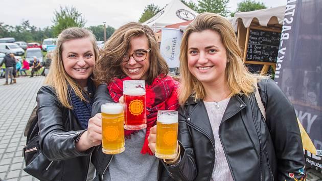 Lidé  na festivalu ochutnávali zlatavý mok od českých i zahraničních pivovarů.