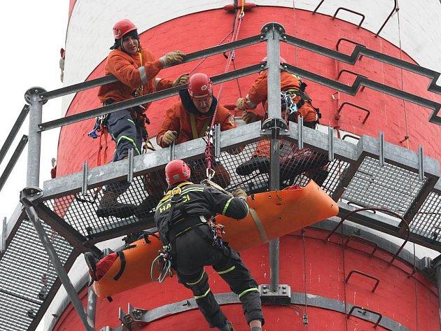 Lezecká skupina hasičů si ve středu prověřila své schopnosti při cvičení záchrany technika z komínu výtopny