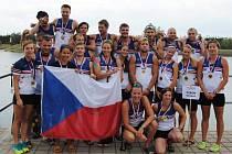 Česká smíšená posádka dračí lodě vybojovala na mistrovství Evropy zlaté medaile na trati 500 metrů. Svým dílem k tomuto úspěchu přispěla i Kateřina Hufeislová (zcela vpravo) z klubu Pilsner Dragons