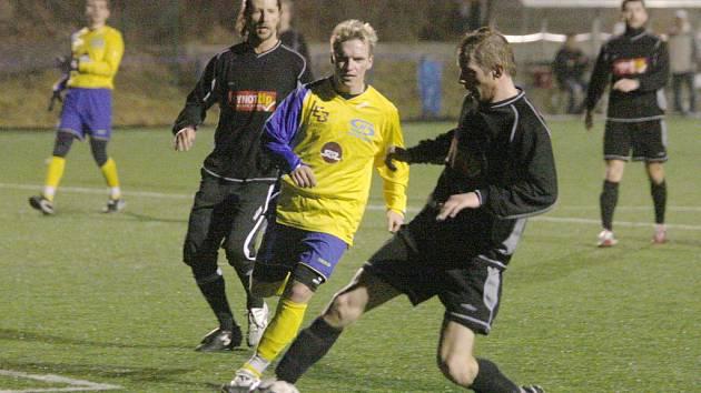 V duelu o prvenství v pátém ročníku Memoriálu Josefa Ibermajera porazilo pořádající Senco (žluté dresy) fotbalisty z Přeštic jednoznačně 6:1