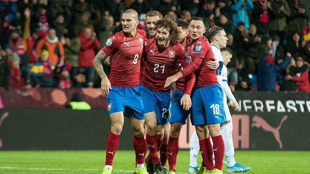 Zdeněk Ondrášek (vlevo) v plzeňské Doosan Areně při zápase české reprezentace s Kosovem.