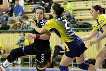Čtyřmi góly přispěla k vítězství nad Otrokovicemi plzeňská házenkářka Kristýna Kubišová (vlevo)