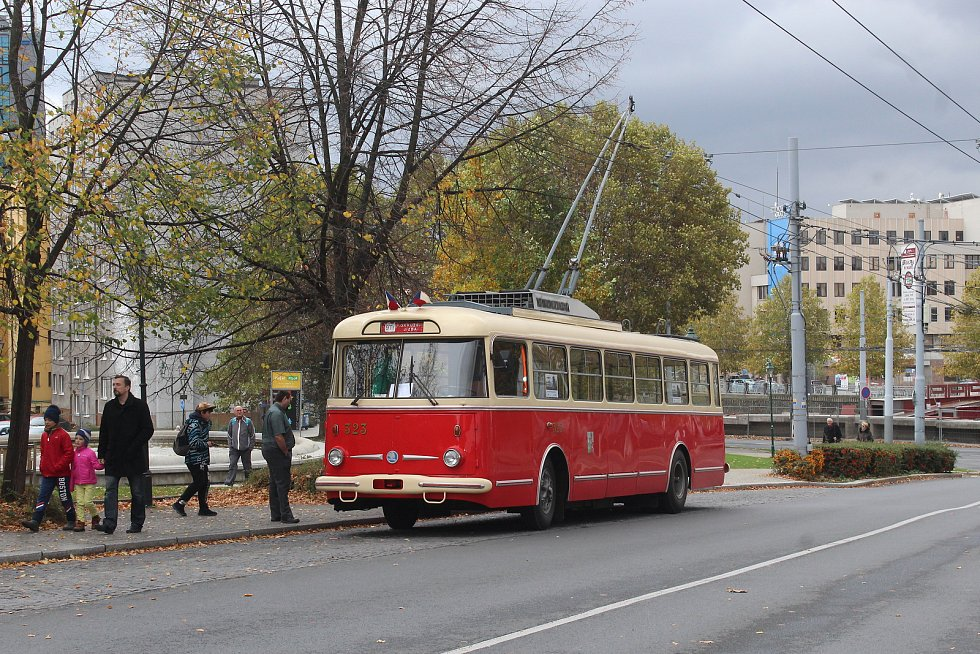Trolejbus Škoda 9 Tr vyjížděl po oba víkendové dny od zastávky Muzeum. Jízdenka stála symbolických 28 korun.