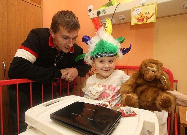 Plzeňští indiáni navštívili děti hospitalizované ve FN Plzeň