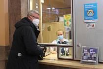 Ministr dopravy Karel Havlíček při nákupu jednotné jízdenky na nádraží v Plzni. Do Kaznějova jel vlakem GW Regio Train, do Kaznějova pak po přestupu dojel spojem Českých drah.