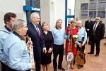 Prezidentský pár a hejtmanka Karlovarského kraje se vyfotili s muzikanty kapely Old Boys