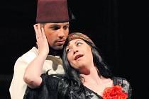 Matěj Chadima ve své zatím nejnovější roli na plzeňském jevišti - jako turecký princ Selim v Rossiniho opeře Turek v Itálii (na snímku s Michaelou Kapustovou v roli Zaidy)