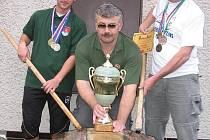 Sběratelé medailí Vladimír Komárek a Stanislav Hausner s trenérem Martinem Šimkem se svými úlovky