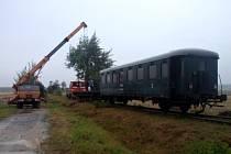 Na trať mezi Nýřany a Diossem vyrazil v srpnu pracovní vlak. Sbíral nepoužitelné pražce.