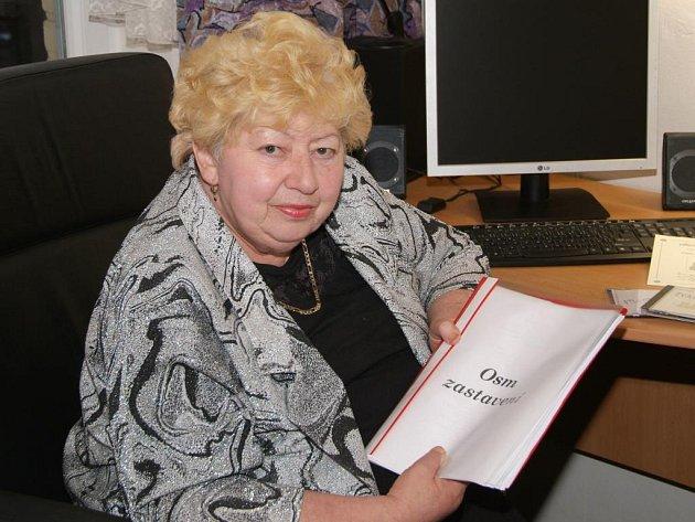 Eva Kulovaná s rukopisem svých básní Osm zastavení