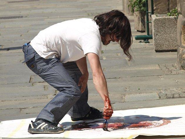 Performer Libor Žižka vytváří své dílo před plzeňskou radnicí