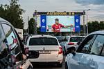 Fanoušci fotbalu vyrazili na zápas Sparty Praha a Viktorie Plzeň do autokina v plzeňském DEPO2015