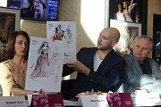 Kostýmní výtvarnice Dana Haklová a šéf plzeňské opery Tomáš Pilař ukazují návrhy kostýmů k Veselé vdově. Vpravo je režisér inscenace a ředitel DJKT Martin Otava.