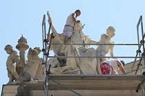 Drobné praskliny na sochách Drama a Opera, které zdobí Velké divadlo, právě opravují restaurátoři