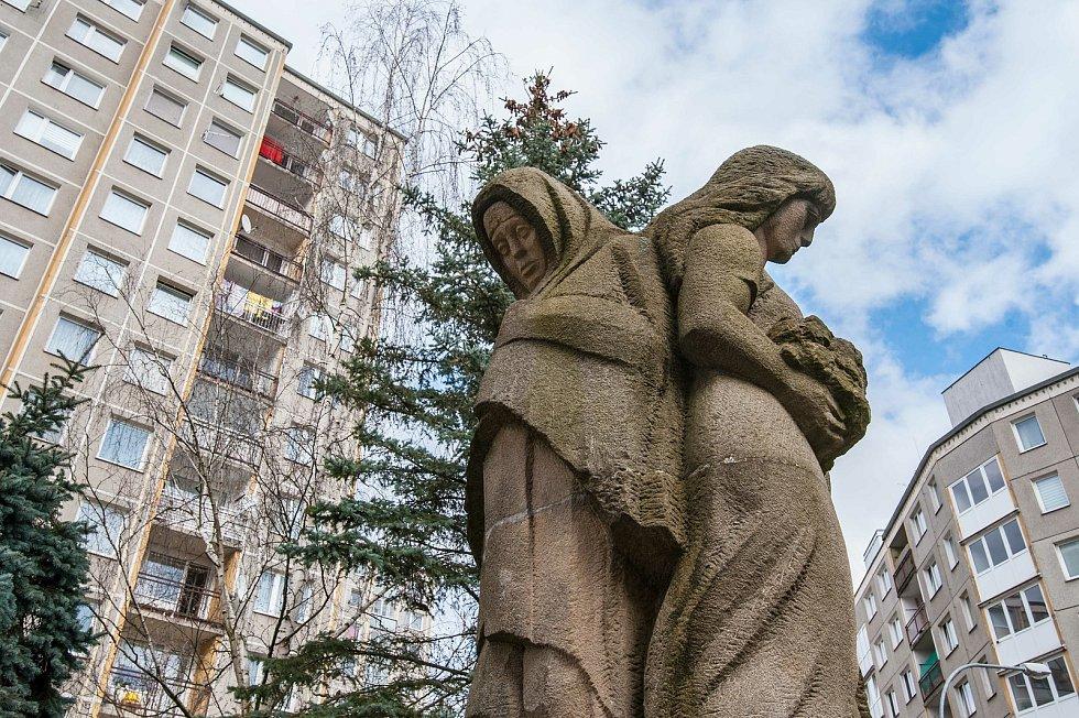 Sousoší Jaro - Léto - Podzim - Zima (Pohled na alegorii Zimy a Jara) na Boleveckém sídlišti od sochaře a medailéra Břetislava Holakovského (autor betonové sousoší medvědů v ZOO Plzeň).