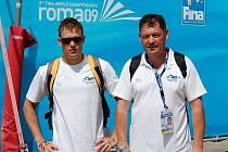 Vytrvalec SK Radbuza Plzeň Jakub Fichtl (vlevo) se v dějišti plaveckého mistrovství světa Římě nechal zvěčnit i se svým otcem a trenérem v jedné osobě Jaroslavem Fichtlem.