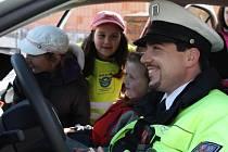 Akce Zebra se za tebe nerozhlédne naučila třeťáky ze Zruče-Sence správně přecházet a seznámila je i s policejním vozem