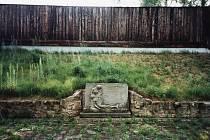 Bývalé popraviště z doby heydrichiády na střelnici v Lobzích se po válce změnilo v pietní místo.