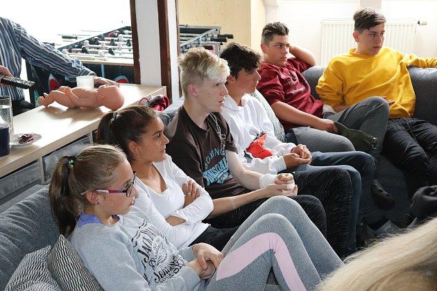 Promítání filmu Dospělým ze dne na den vdětském domově ve Staňkově na Domažlicku