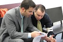 Martin Lačňák (vpravo) se svým advokátem